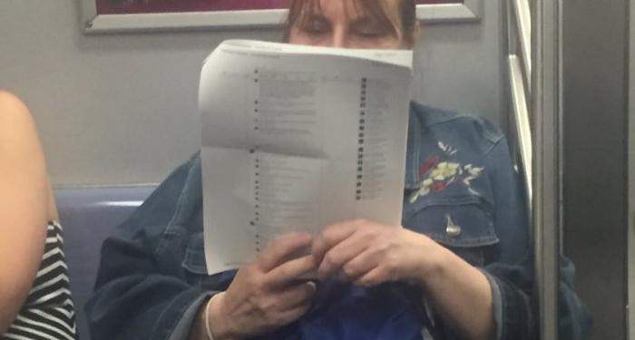 Mulher � flagrada lendo postagem do Facebook no metr� de forma inusitada