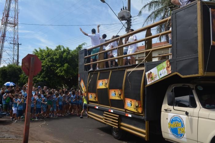 Trio da Pol�ia FM participa do Carnaval do Col�gio Decis�o