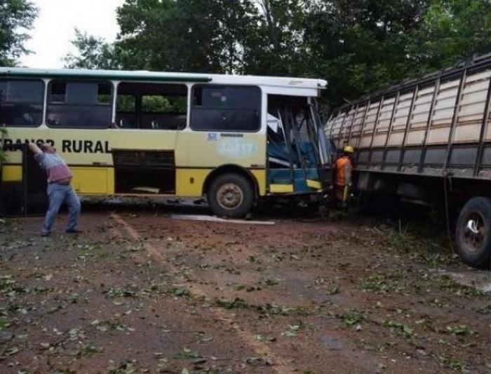 Acidente envolvendo um ônibus de transporte de trabalhadores rurais e uma carreta entre Uruana/Rianápolis deixa 10 pessoas feridas