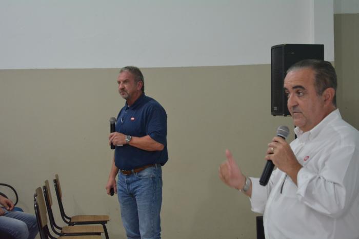 Cobb promoveu reunião com funcionários, Vice Presidente Stan Reid e Jairo Arenazio, Gerente Geral para América do Sul